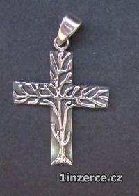 Kříž porostlý stromem - stříbr